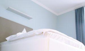 Bett in einem Zimmer der Max Grundig Klinik