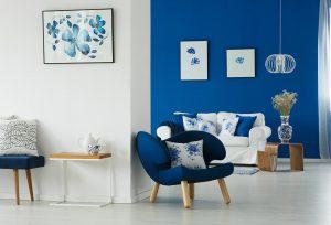 Wohnzimmer in blau-weiß