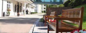 Auffahrt der Max Grundig Klinik mit Bänken