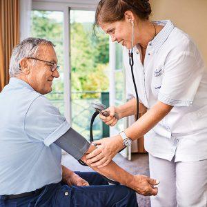 Krankenschwester beim Blutdruckmessen