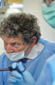 Arzt während einer Operation