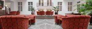 Antike Tische mit Stühlen in der Max Grundig Klinik