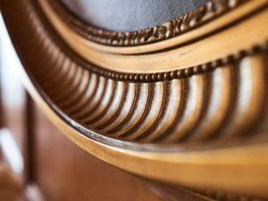 Antiker Holzrahmen in der Max Grundig Klinik