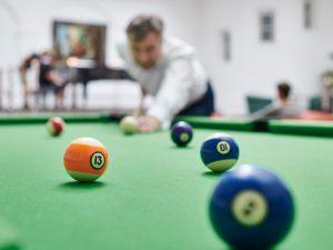 Eine Partie Billiard in der Max Grundik Klinik