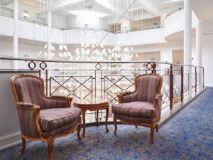Antike Möbel im Flur der Max Grundig Klinik