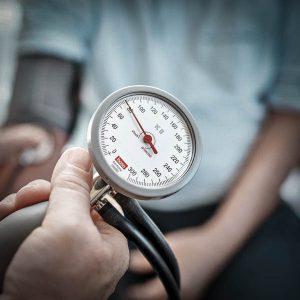 Messung des Blutdrucks bei einem Patienten