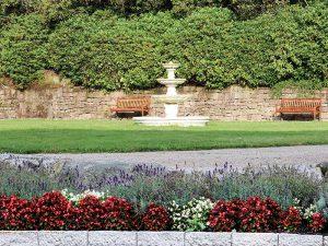 Garten der Max Grundig Klinik mit Brunnen