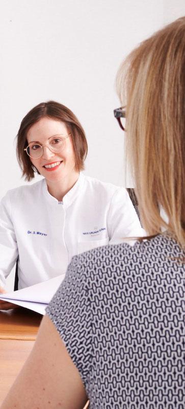 Ärztin der Max Grundig Klinik im Check-up Gespräch mit einer Patientin