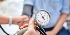 Blutdruckmessung bei einem Patienten