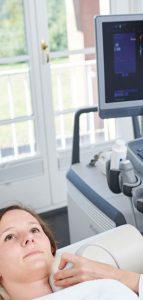 Ultraschall am Hals einer Patientin