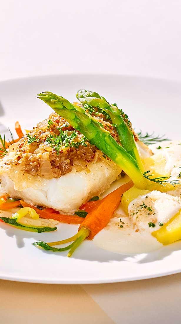 Teller mit Fisch und Gemüse