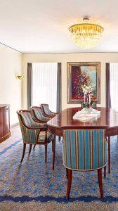 Esstisch und Stühle in einer Suite der Max Grundig Klinik