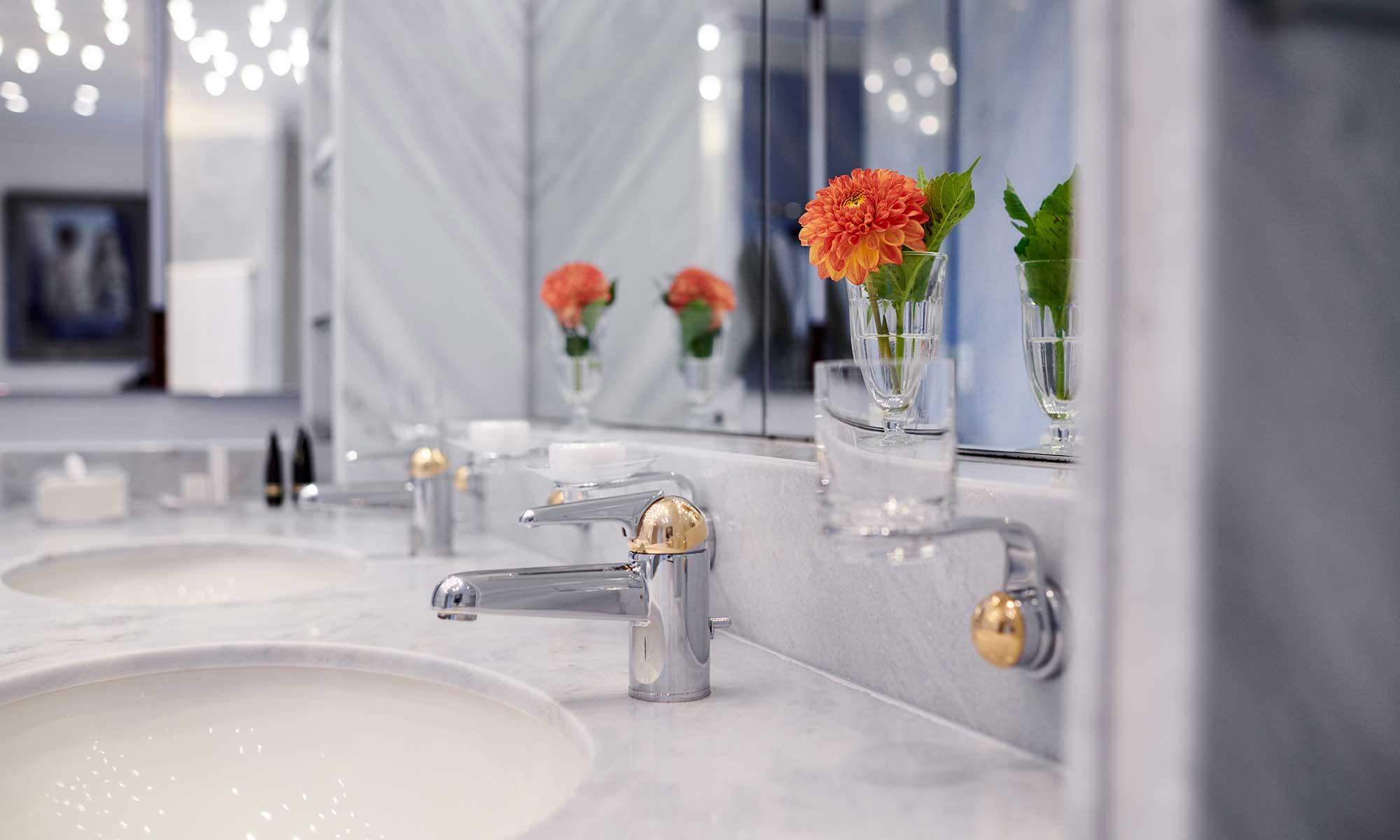 Florale Dekoration in einem Badezimmer der Max Grundig Klinik