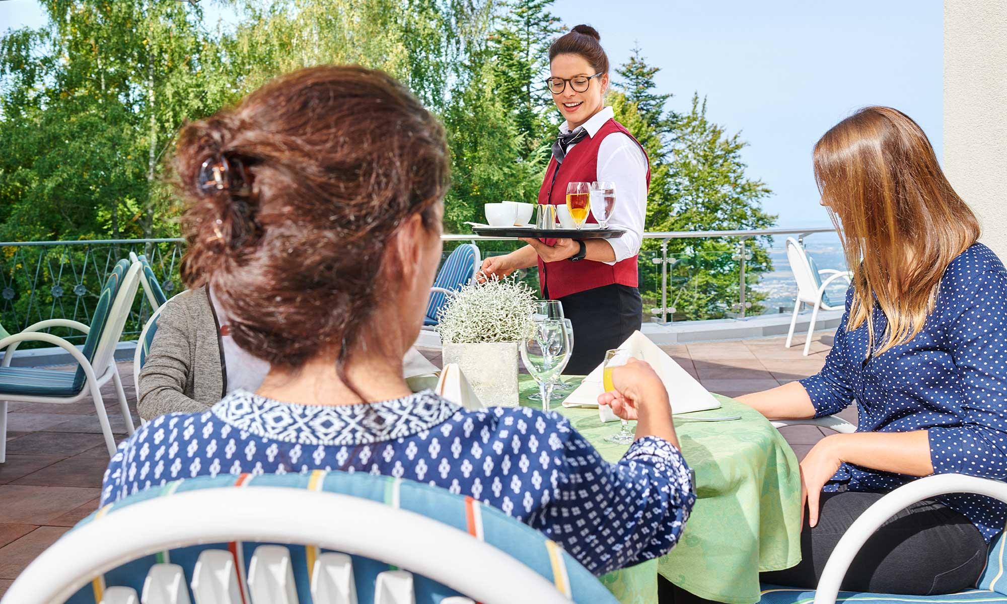 Auf der Terrasse mit schönem Ausblick genießen die Gäste ihre Auszeit