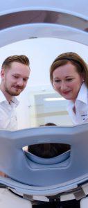 Medizinisches Fachpersonal kümmert sich um Patienten