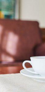Kaffeetasse auf einem Tisch in der Max Grundig Klinik