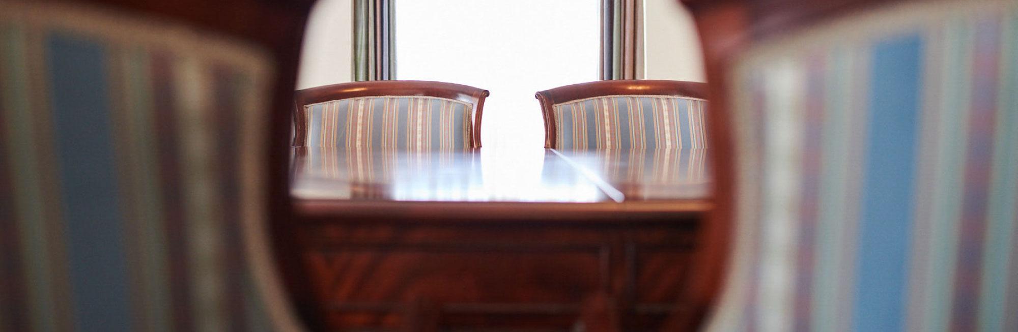 Antike Möbel in der Max Grundig Klinik