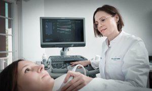 Ärztin macht ein Ultraschall bei einer Patientin