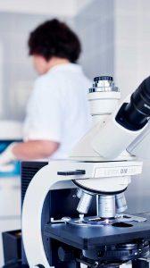 Mikroskop im Labor der Max Grundig Klinik