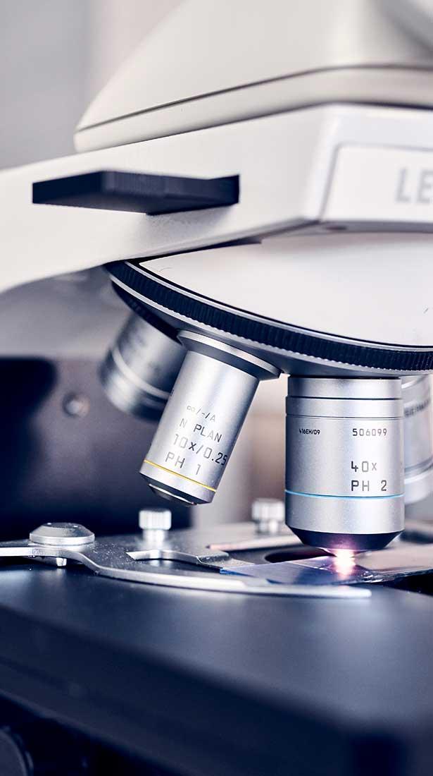 Nahaufnahme eines Mikroskops im Labor
