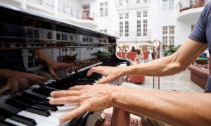 Musikalische Stimmung mit Klavierspieler