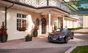 Bentley vor dem Eingang der Max Grundig Klinik