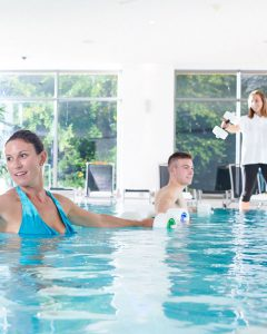 Gruppe bei Wassergymnastik im Bewegungsbad der Max Grundig Klinik