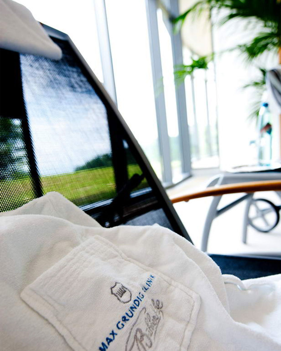Liegestuhl mit Bademantel, aufgenommen im Bewegungsbad der Max Grundig Klinik