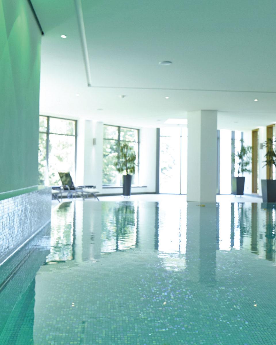 Bewegungsbad der Max Grundig Klinik, Schwimmbecken mit Wasser und Spiegelung der Fenster