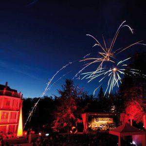 Feuerwerk vor der Max Grundig Klinik
