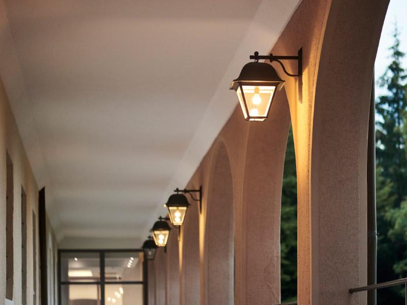 Rundbogengang der Max Grundig Klinik, Ausschnitt mit Beleuchtung