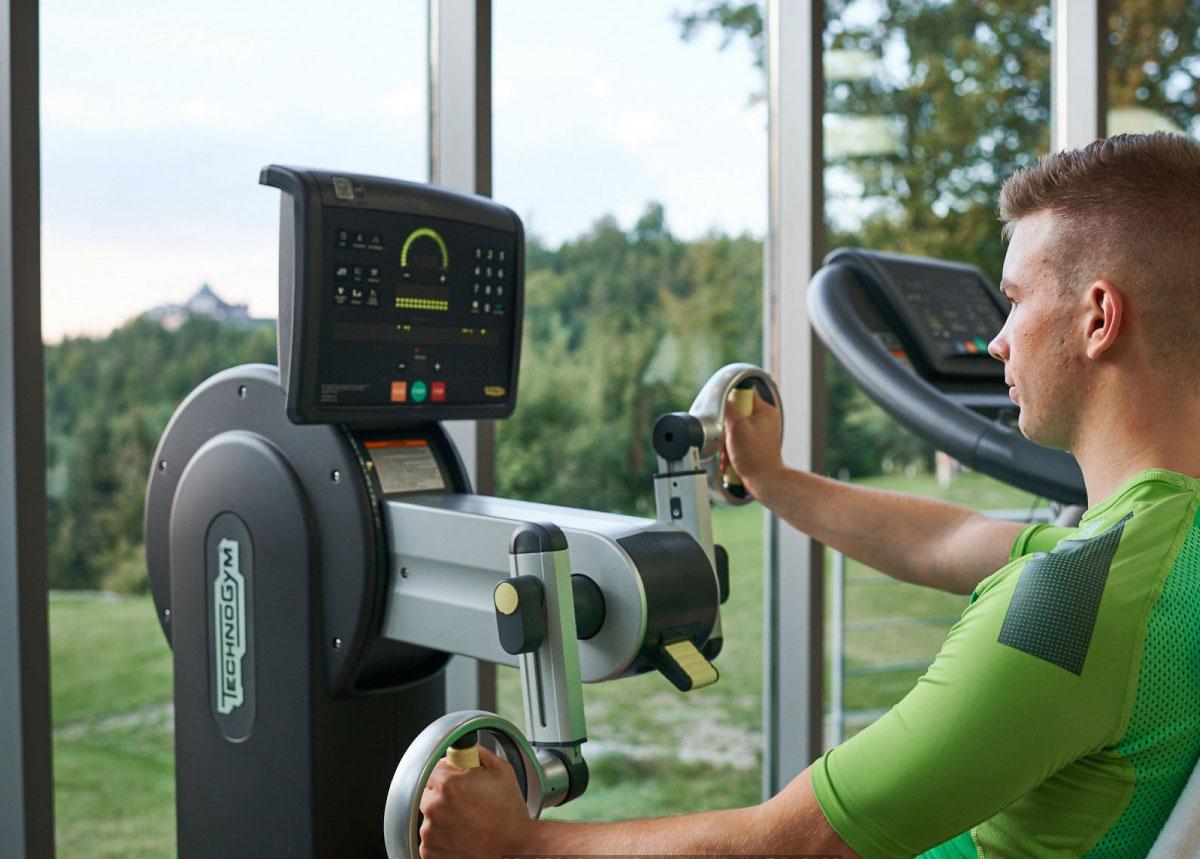 Mann beim Training am Fitnessgerät, Ausblick auf den Schwarzwald