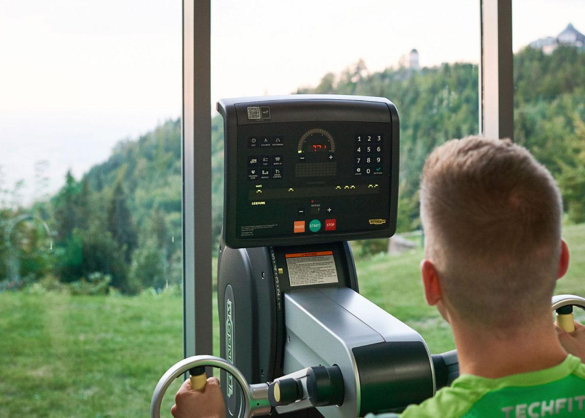 Training im Kardioraum der Max Grundig Klinik mit Ausblick auf den Schwarzwald