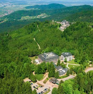 Parkanlage der Max Grundig Klinik als Luftaufnahme mit Gebäude im Zentrum