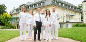 Prof. Huppert mit Team der Radiologie vor der Max Grundig Klinik