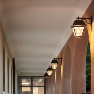 Laternen im Außenbereich der Max Grundig Klinik