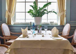Gedeckter Tisch im Restaurant der Max Grundig Klinik
