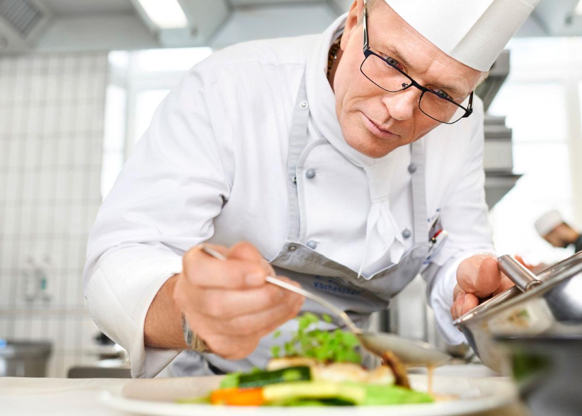 Küchenchef der Max Grundig Klinik Alexander Bernhard bei der Zubereitung einer Speise