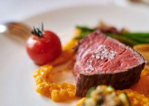 Rotes Steak mit Gemüse