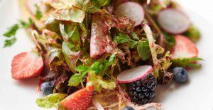 Salatteller mit roten Beeren