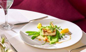 Fleisch und Gemüse auf weißem Teller