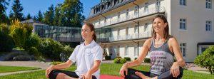 Yoga-Stunde mit Schneidersitz vor der Max Grundig Klinik
