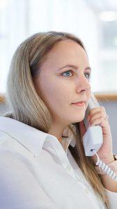 Radiologisches Personal im Gespräch mit Patient am Telefon