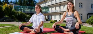 Yoga im Freien vor der Max Grundig Klinik
