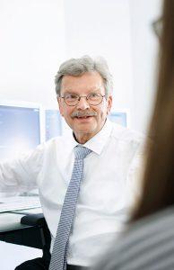 Prof. Huppert erklärt dem Patienten die radiologischen Ergebnisse