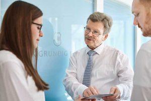 Prof. Huppert im Gespräch mit Personal der Radiologie