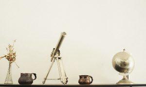 Teleskop und Globus