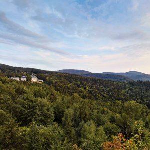 Blick über den Schwarzwald mit Klinik von Weitem