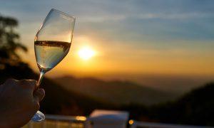 Mit Sekt den stimmungsvollen Sonnenuntergang erleben