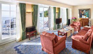 Eine Suite der Max Grundig Klinik mit Balkon und Ausblick